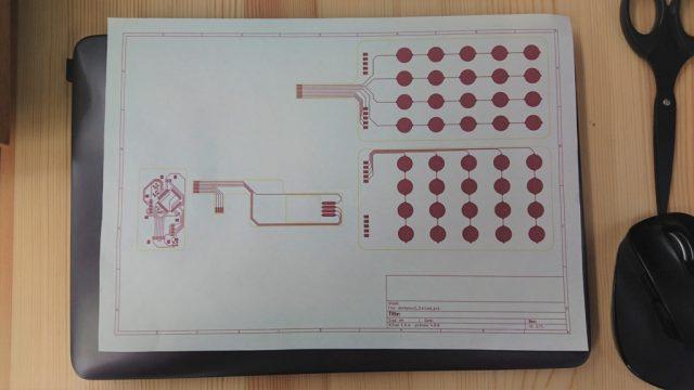 kicadでは印刷のウィンドウの「概略スケール値」の部分で「正確な原寸」を選択すると実寸での印刷を行うことができます。