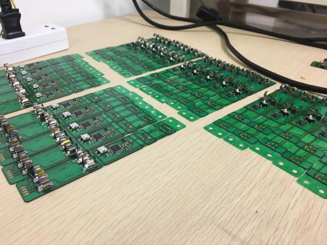 ワークショップで手実装する部品以外を実装した基板。たくさん作った
