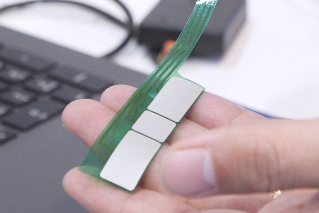 銀塩化銀電極を使った 生体電極による筋電位測定