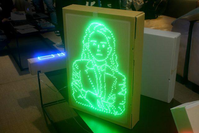 段ボールに電子回路を印刷してLEDで光の画を描いた作品の紹介 – 岡室健さん