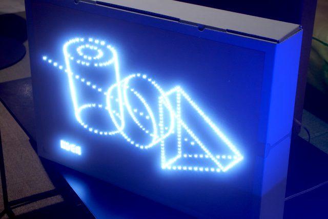 回路の上に、個数はある程度数に決まりがありますが、自由にLEDを置いて、電気が通るボンドで両端をピッピッと留めていたたくと自由に絵が描けます。