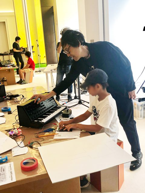 スーパーバイザーの土橋安騎夫氏が、子ども達の演奏をサポート!