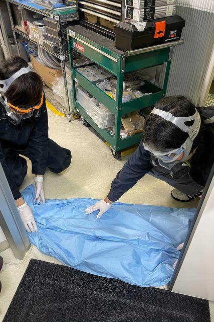 吸水性ポリマーを使用したクイック防液堤を敷設する訓練を行いました。